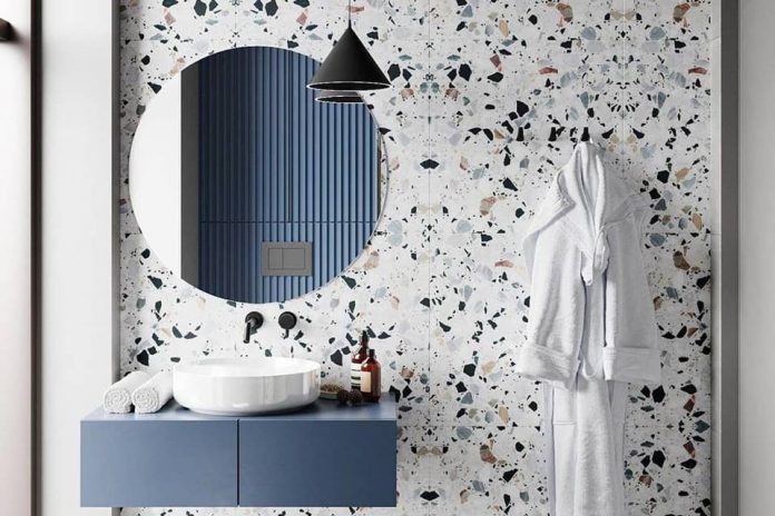 banheiro com paredes em granilite com um ar mais requintado, as pedras da composição são maiores e coloridas apesar do fundo ser branquinho