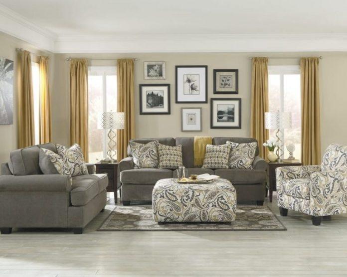 diversos quadros para destacar uma parede da sala de estar