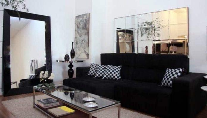 Sofá preto para uma sala pequena
