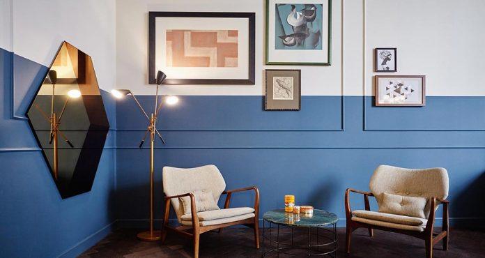 meia parede em união com uma textura super estilosa, utilizou o azul para trazer um contraste e dar muita personalidade ao cômodo, os quadros e o espelho ajudam a trazer ainda mais beleza ao local.