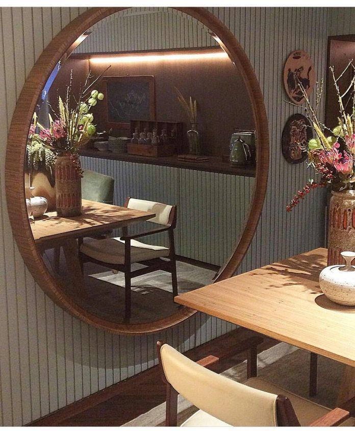 Espelho grande com revestimento de madeira para uma sala de estar