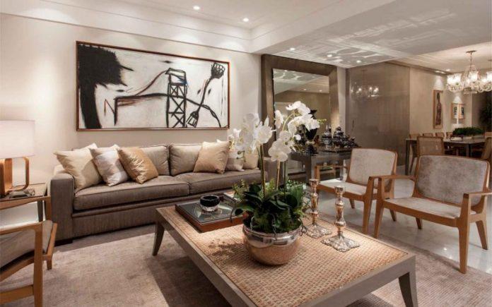 sala toda em nude muito bonita e bem decorada, essa é uma sala que tende mais ao estilo clássico, moderno, sendo muito receptiva e confortável