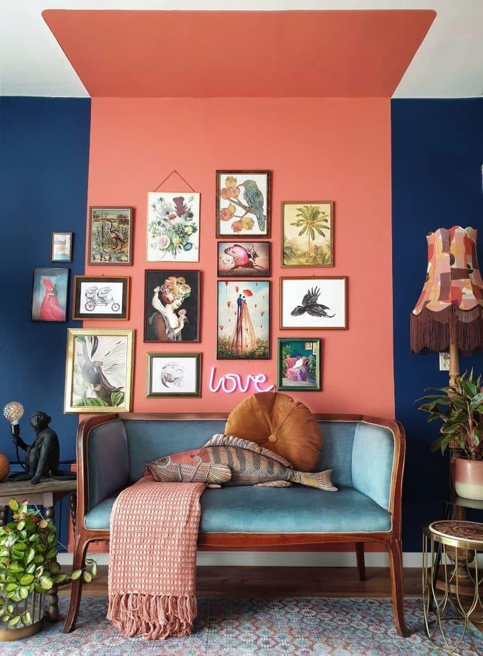 xemplo de pintura setorizada no estilo caixa que utiliza o teto, com cores mais fortes, a pintura trouxe um ar romântico ao cômodo que foi valorizado com o uso de quadros