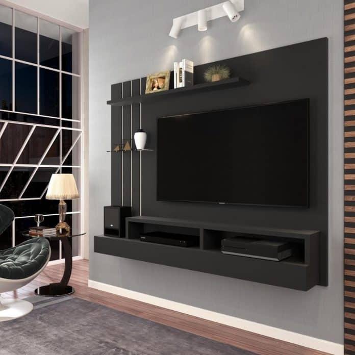 um suporte de TV todo preto em contraste com a parede clara que ficou super bonito
