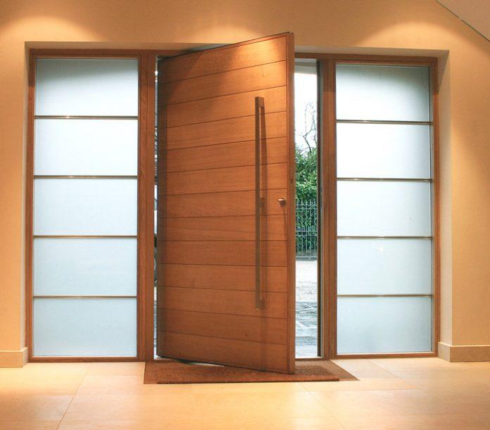 porta de madeira in natura e com alguns detalhes de lado na cor branca que ajudou a trazer um charme