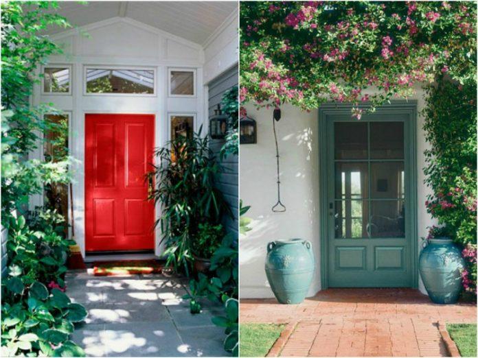 portas de madeira colorida para a entrada da casa