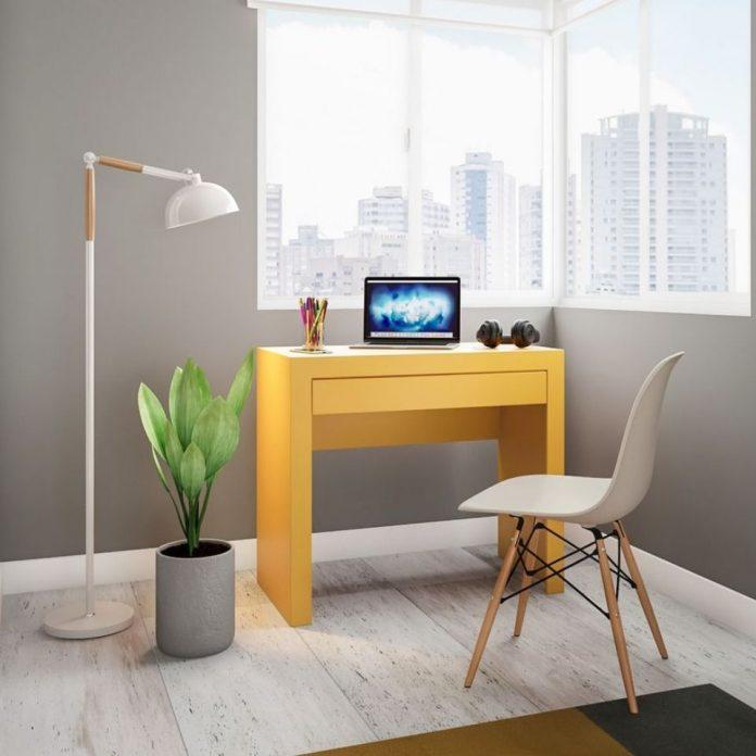 luminária em um home office trazendo muita beleza ao conjunto.