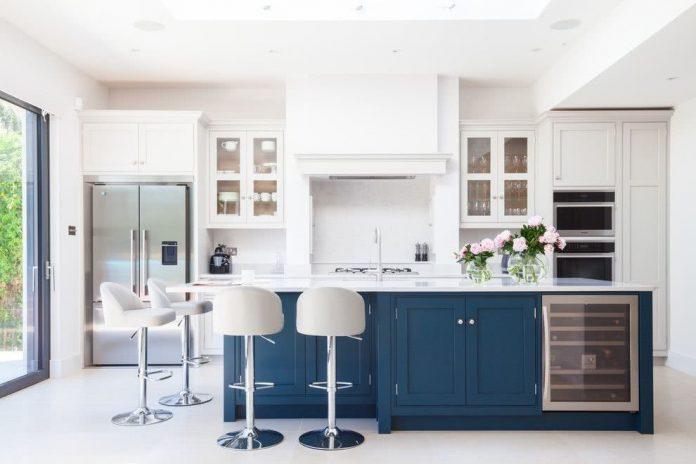 Cozinha com armários em duas cores: branco + azul
