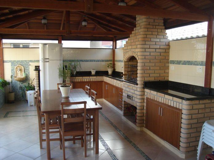 fogão a lenha feito de tijolinho em espaço amplo, note que o fogão ficou proporcional ao espaço, aproveitando bem toda a área