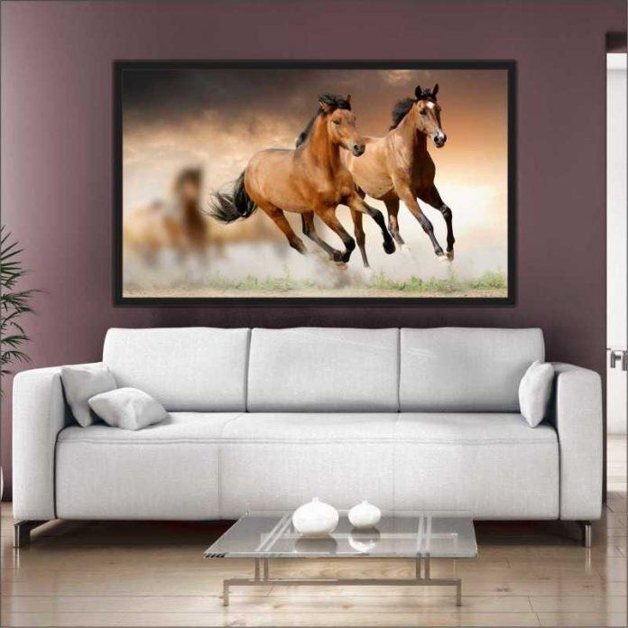 quadro grande sobre o sofá com imagens de cavalos, um quadro mais tradicional para uma sala mais clean que a valorizou e trouxe muita beleza ao local