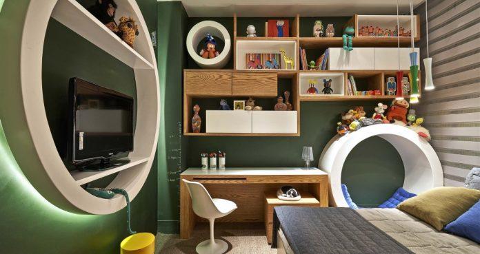 Decoração lúdica para um quarto de adulto com bastante cor