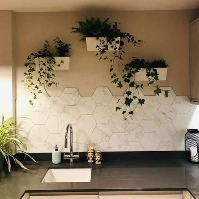 Uma parede simplesmente incrível sobre a pia da cozinha meio a meio mesclando cores e trazendo muita beleza ao local, valorizou demais a decoração.