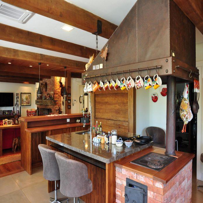 Um fogão também em tijolinho, mas aqui usado em cozinhas de fazendas, ou locais mais requintados podemos assim dizer, ele traz um ar rústico, mas tem mais requinte, sua estrutura possui um bom acabamento