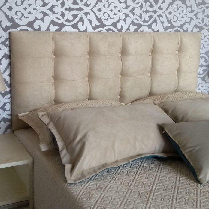 o futon como cabeceira de cama trazendo muito conforto e beleza ímpar ao seu quarto