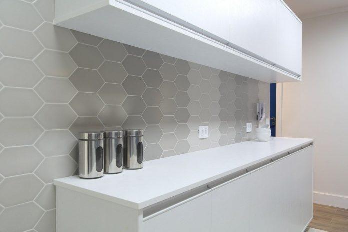 evestimento hexagonal em um tom mais neutro trazendo muita suavidade e beleza a decoração da cozinha