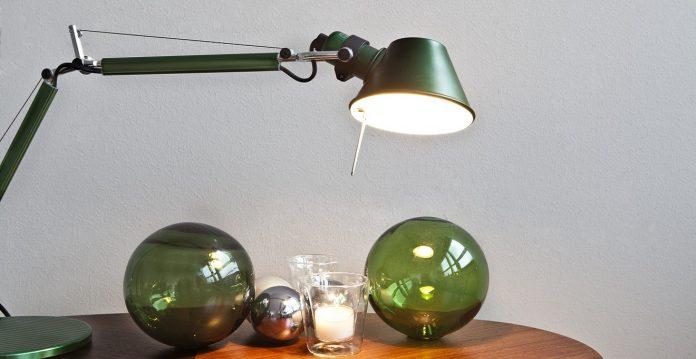 luminária verde para cabeceira da cama de leitura