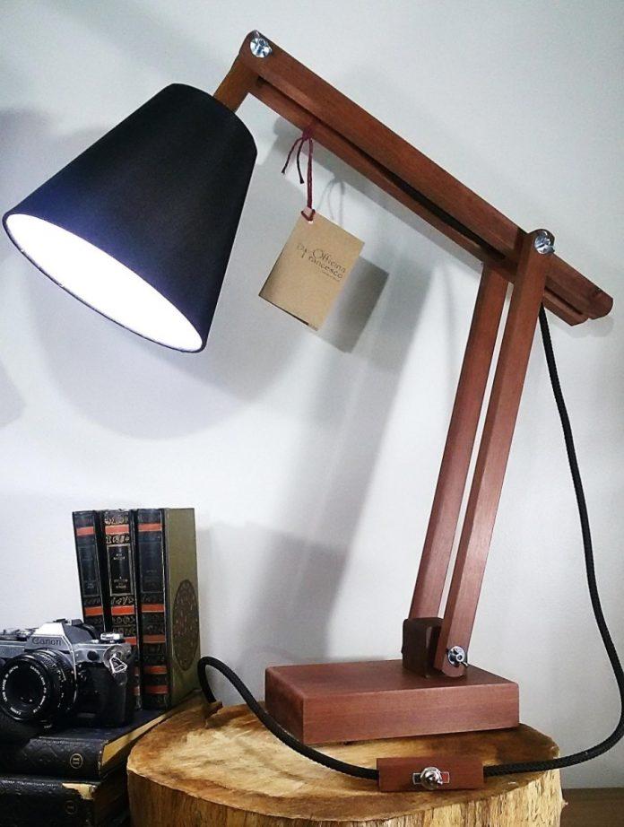 luminária de escrivaninha bem linda feita com detalhes em madeira
