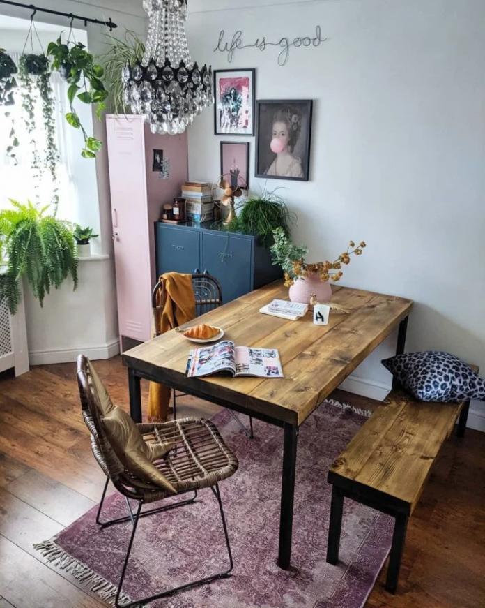mesa no estilo industrial para um apartamento com uma sala bem pequena