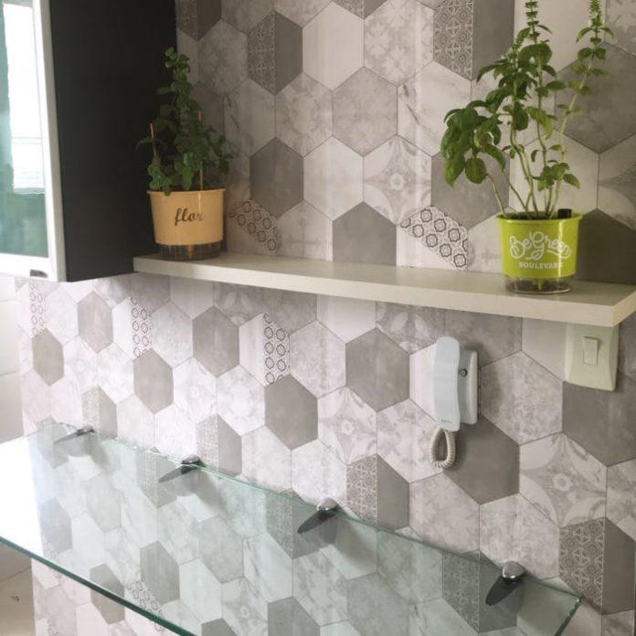 revestimento hexagonal cinza e branco