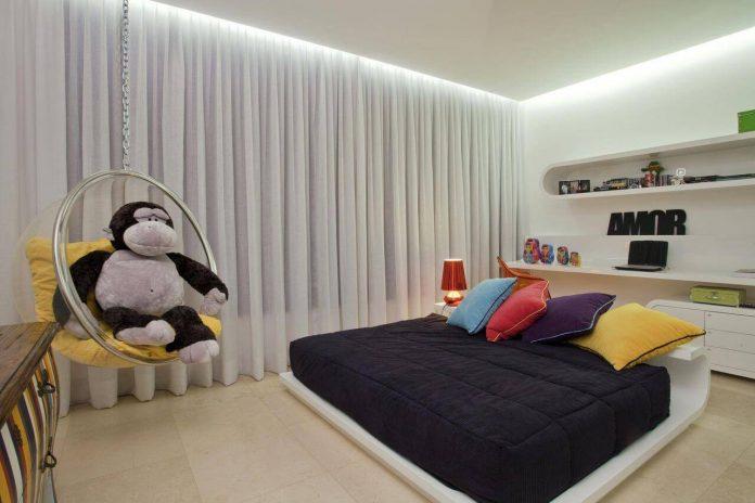 Sanca em gesso invertida com iluminação no quarto