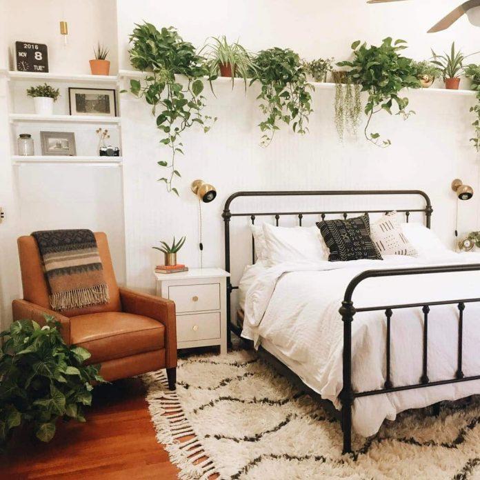 Nesta imagem podemos ver o uso de uma prateleira sobre a cama, deixando o quarto muito bonito e aconchegante