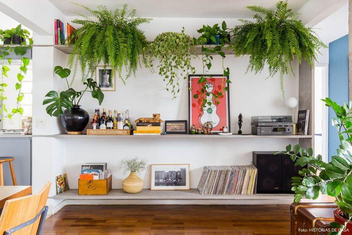 Aqui podemos ver uma prateleira de planta utilizada também para guardar livros e objetos, as plantas ajudaram a trazer vida ao ambiente, trazendo delicadeza e sensação de bem estar.