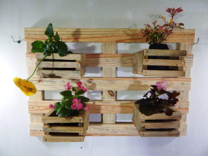 Essa floreira é especial porque além do pallet utilizou caixotes, reciclando dois tipos de produtos ficando ainda mais amiga do meio ambiente