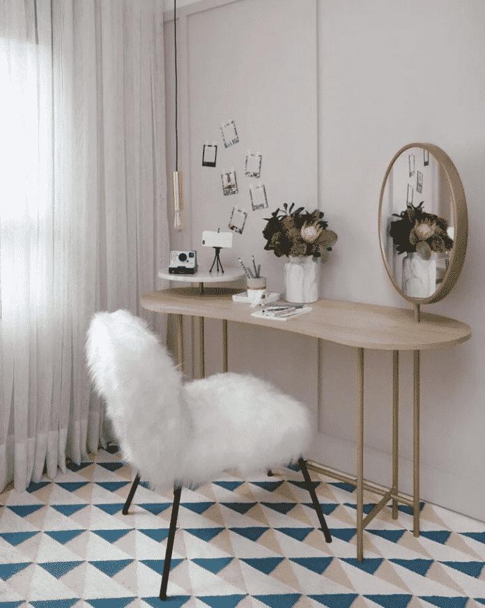 cadeira felpuda para penteadeira que trouxe vida e valorizou o conjunto antes simples trazendo um charme a mais no conjunto e valorizando demais a decoração.