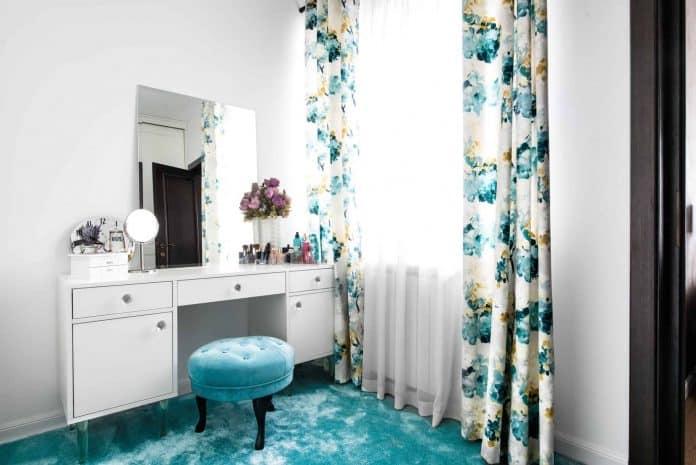 puff utilizado como assento, sem encosto e de uma cor bem extravagante para chamar atenção para o conjunto da decoração