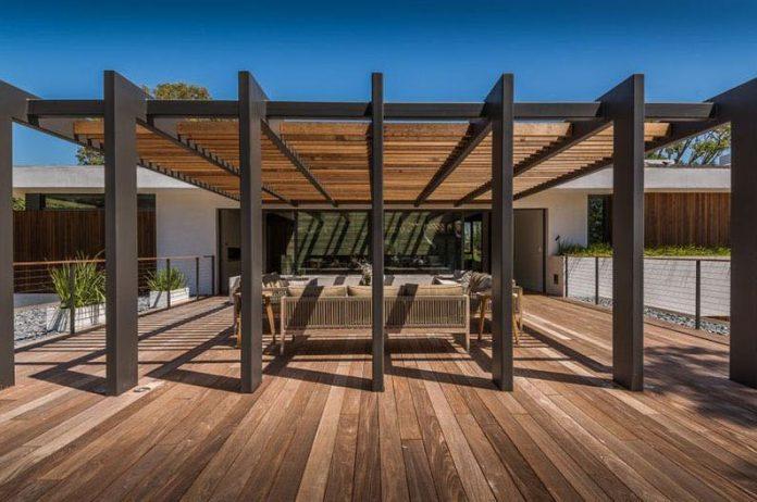 estrutura de madeira um pergolado que é a extensão da casa e trouxe muita beleza e personalidade a composição da decoração