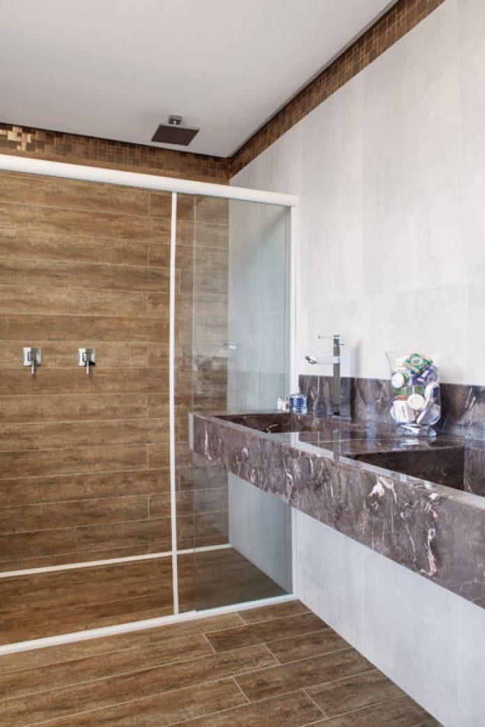 Banheiro de luxo com piso de madeira
